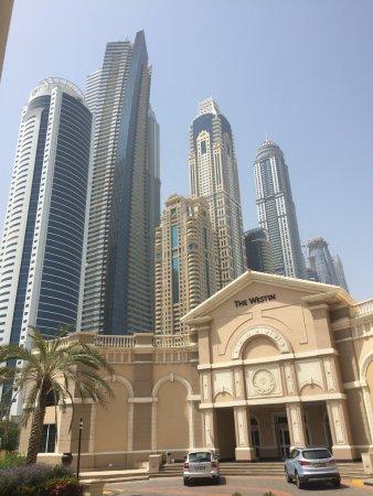 وﻳﺴﺘﻦ دﺑﻲ، ﻣﻨﺘﺠﻊ وﻣﺎرﻳﻨﺎ ﺷﺎﻃﺊ اﻟﻤﻴﻨﺎء اﻟﺴﻴﺎﺣﻲ: Skyscrapers adjacent to the hotel