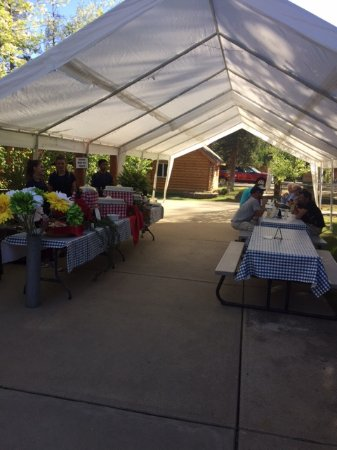 Daven Haven Lodge & Cabins: Pasta dinner for cyclists