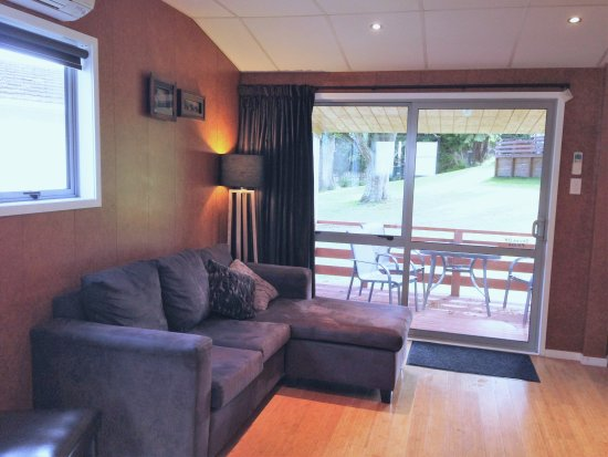 Whanganui River Top 10 Holiday Park: Deluxe motel - spacious living room