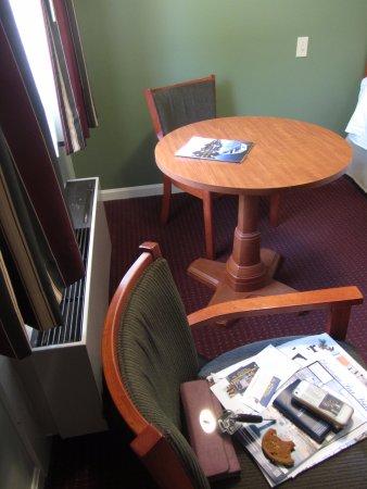 BEST WESTERN Acadia Park Inn: Desk and chairs