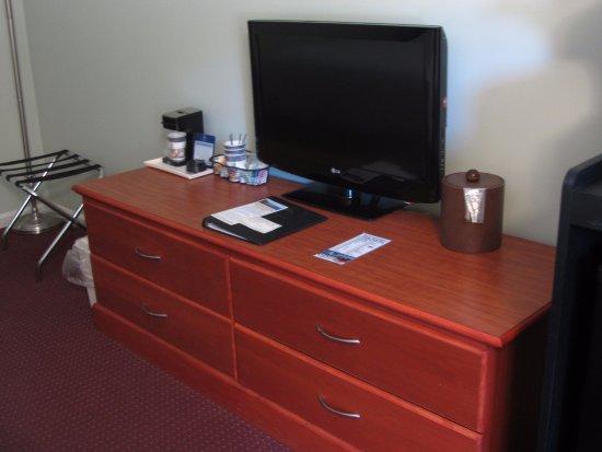BEST WESTERN Acadia Park Inn: TV and storage