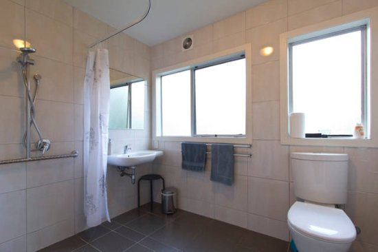 Haka Lodge: Full wet room in our 2 bedroom apartment