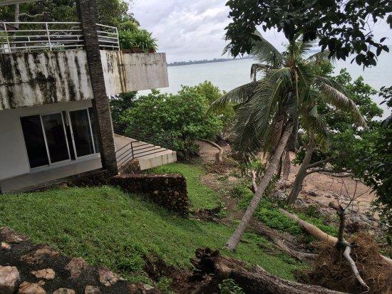 Hinsuay Namsai Resort Hotel: Broken tree, broken path, broken house - stunning view past the damage