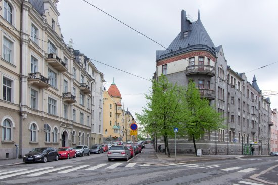 Hellsten Helsinki Senate: 中央部ベージュ色の建物の手前がホテル。右側に市電の停留所が見えます。