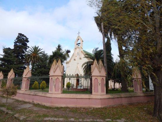 Uribelarrea, Argentina: Vista lateral de la Iglesia