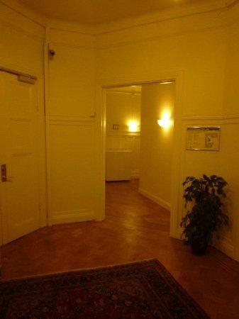 Queen's Hotel: ホテル内の廊下です。