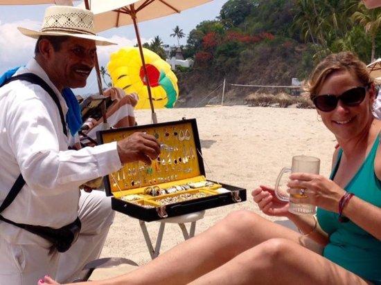 Hyatt Ziva Puerto Vallarta: Enjoying a drink and chatting up the friendly vendors