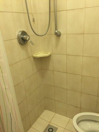 Bagno piccolissimo, doccia senza piatto doccia, \