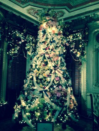 Queen Anne Victorian Mansion: Front parlor tree!