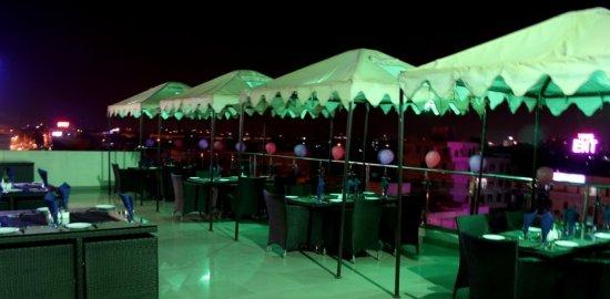 Hotel Savi Regency: Roof top Lounge open area