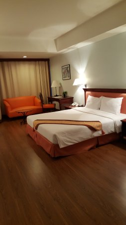 Tai-Pan Hotel: Deluxe room on floor 17