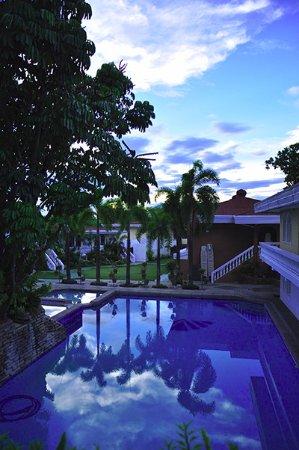 Village Inn Hotel: Quiet. Peaceful.