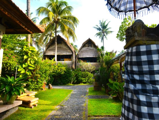Anom Beach Inn Bungalows: The two traditional Bali-Jinengs with sea-view