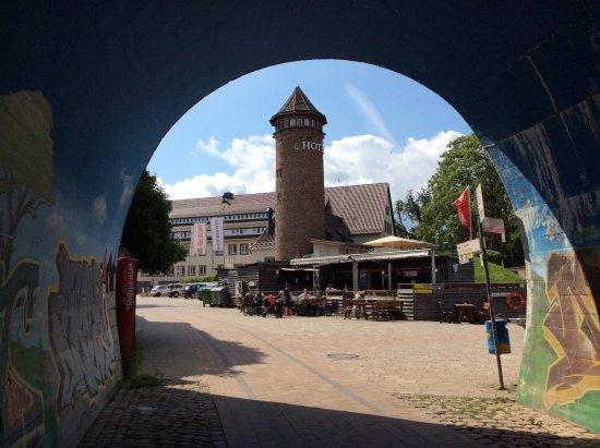 Holzminden, Alemania: The Weserhotel through a former railway arch.