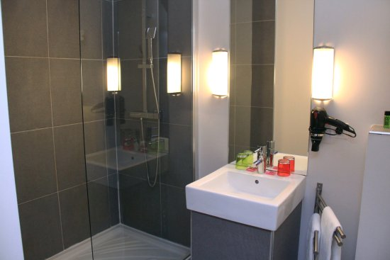 salle de bain avec douche l 39 italienne photo de hotel des arts toulouse tripadvisor. Black Bedroom Furniture Sets. Home Design Ideas