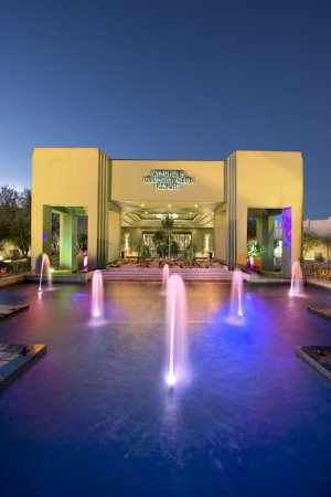 Windhoek Country Club Resort: Hotel Entrance by night