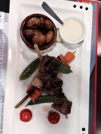 le Relais Talmondais : Une joue de porc avec sa purée de carotte accompagné de sa semoule   Brochette de bœuf et ses