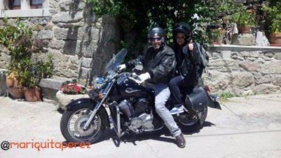 Villardiegua de la Ribera, Espagne : Andrés y Manuela, grandes aficionados a las motos