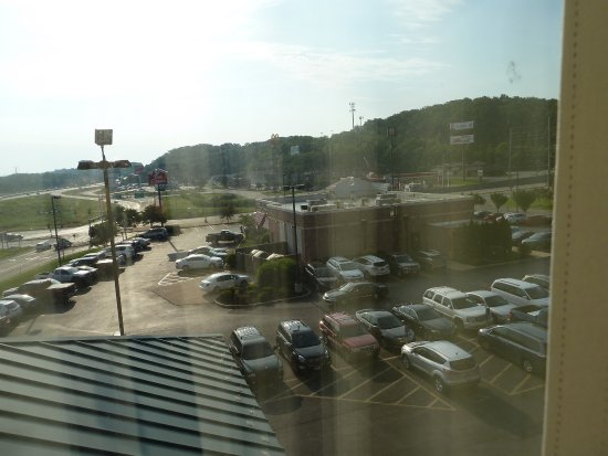 Valley Park, Миссури: View from 4th floor, car park & Bob Evans eatery. Other places to the right.