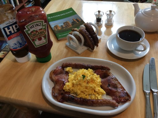 Rowde, UK: Scrambled eggs, local pork sausages and bacon