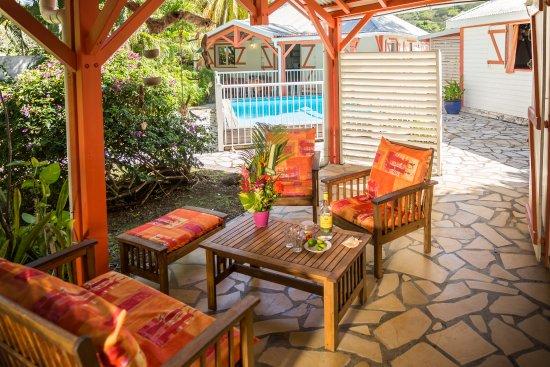 Villa Hibiscus, la terrasse devant la piscine - Bild von Les Jardins ...