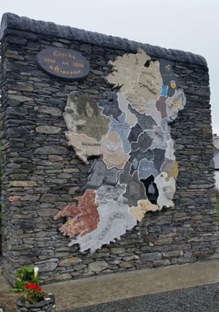 Glencolmcille, Ирландия: Stone monument of Ireland, each of the 32 counties carved from native Irish stone