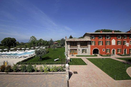 Residence Borgo Mondragon : Vista esterna e piscina