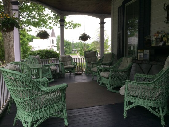 Seasons Bed & Breakfast: Lively wrap around porch