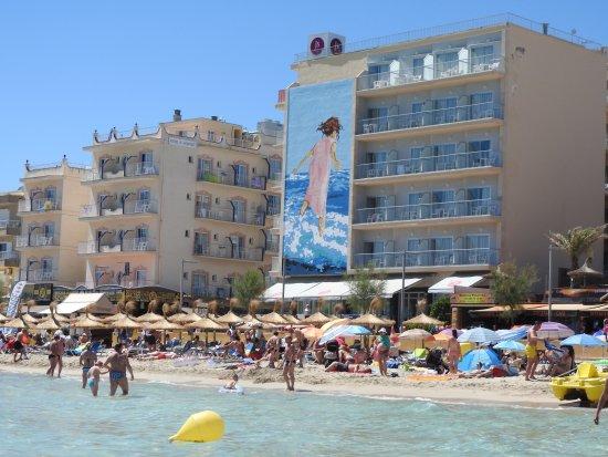 Hotel JS Horitzo: Vasemmalla JS Horizo,oikealla JS Can Picafort. Tomivat samasta vastaanotosta.