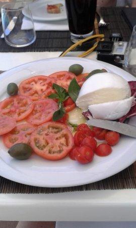 Hotel Olimpico: lunch bij het zwembad, mozzarellasalade