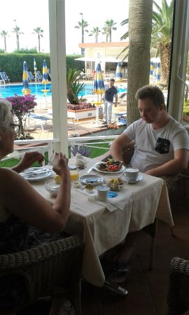 Hotel Olimpico: buiten ontbijten met uitzicht op de tuin en zwembad
