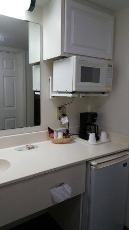 Anastasia Inn: Bem equipado, com Microondas, Cafeteira e frigobar.