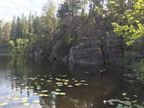 Finlande méridionale, Finlande : The lake in the red trail