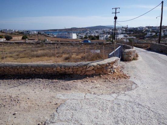 Mixalios Grill House: indicazione dalla strada interna per Pori