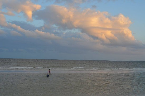 Ocean's Reach Condominiums: Evening at the beach!
