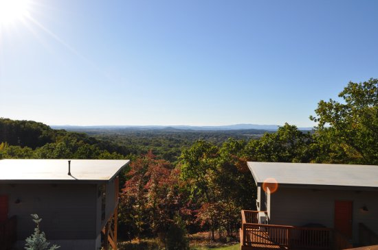 Waynesboro, VA: A view of the cabins and the beautiful view.