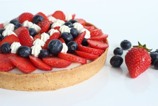 Mi Cielo Patisserie : fresh berries & tonka bean infused cream tart