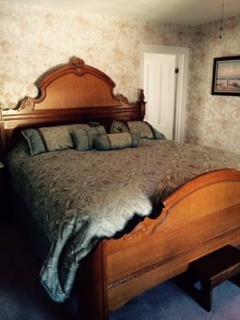 Thames Street Guest House: The Rose Suite - Bedroom Area with a huge king size bed