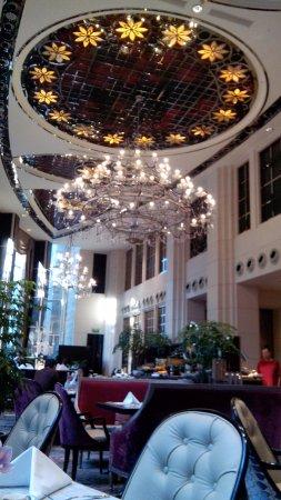 The St. Regis Singapore: Buffet Breakfast at Brasserie Les Saveurs