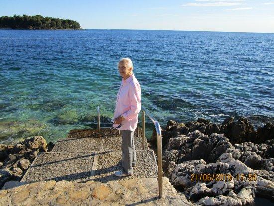 Resort Petalon: Mia moglie su uno dei numerosi accessi al mare.