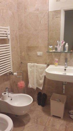 Bagno con doccia e lavatrice, funzionale e ben pulito (eccetto ...