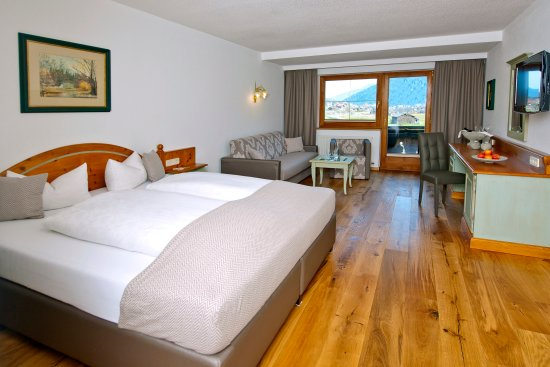 Hotel Bergjuwel: Ferienzimmer mit Holzboden