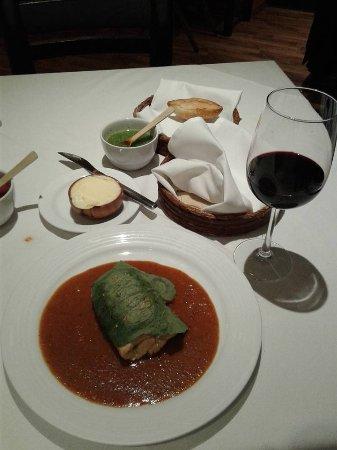 La Soldadera: Pechuga de pollo rellena de requesón en salsa especial del chef y copa de vino Cune de la Rioja