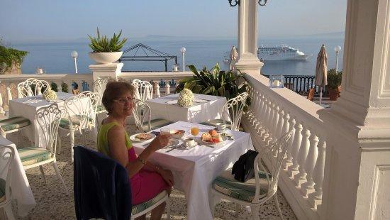 Europa Palace Grand Hotel: Breakfast looking towards Vesuvius