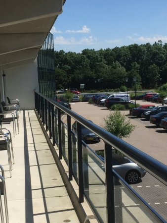 Sassenheim, Países Bajos: Rooms have patio door out onto a shared balcony area.