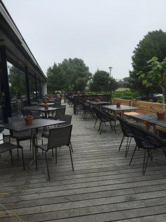 Sassenheim, Países Bajos: Comfortable outdoor seating area.