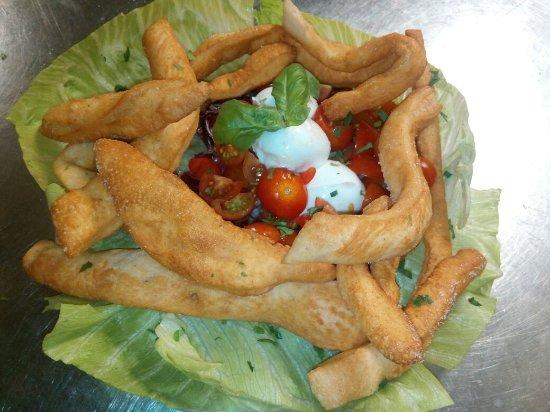 Fiano, Italie : Spaghetti alla Carbonara e chiacchiere con pomodorini e bufala.....