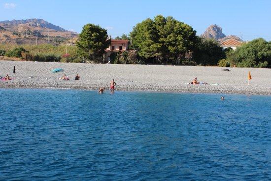 Melito di Porto Salvo, Ιταλία: Dopo alcune bracciate verso il largo, alzi gli occhi, guardi la riva e ammira Pentidattilo.