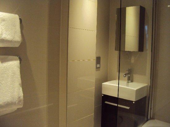 Kensington Close Hotel: Showers in bath