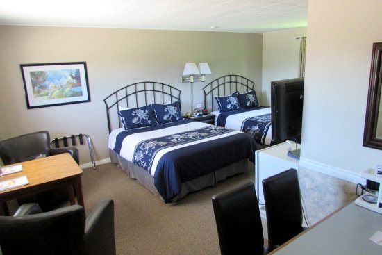 Northern Lights Motel & Chalets - Wawa: 2 Queen Beds & 5 Piece Bath